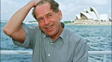 Svær at placere. Vaclav Havel er blevet kaldt venstreorienteret af højrefløjen og højreorienteret af venstrefløjen. Hans erindringer -Ganske kort- er en vigtig bog om magt og politik, skrevet med en undertone af tristesse.