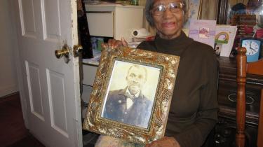 En drøm. Jeg havde aldrig troet, at mine børn skulle opleve en sort præsident, siger Ruth Cox, der her sidder med et portræt af sin far, der blev født som slave.