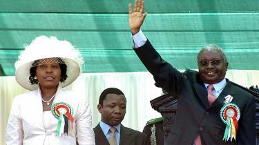 Den mozambiquiske præsident fortalte under et besøg i Danmark om, hvordan han forsøger at rydde op i korruptionsskandalerne i landet. Her ses han sammen med sin kone Maria da Luz Dai Guebuza, da han i 2005 blev indsat som præsident.Arkiv