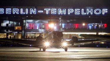 Et gammelt 'Tante Ju'-fly var det sidste, der lettede fra Tempelhof. Symbolsk nok med kurs mod Schönefeld - den lufthavn, der i fremtiden skal være Berlins store internationale lufthavn.