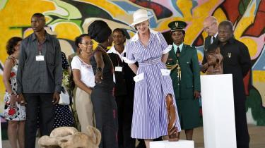 Dronning Margrethe besøgte Artspace i Dar es Salaam - en tidligere fabriksbygning, der er omdannet til et kulturhus, hvor tanzanianske kunstnere fremover vil kunne mødes for at arbejde og udstille deres værker.