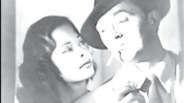 Robert Mitchum får ørerne gevaldigt i maskinen af Jane Greers tiltrækkende, men også farligt opportunistiske femme fatale i denne film noir-klassiker instrueret af Jacques Tourneur