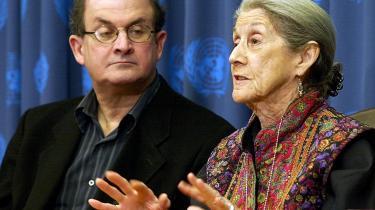 Nobelpristager Nadine Gordimer og den britiske Salman Rushie er blandt forfatterne, der står frem og forsvarer Kundera.