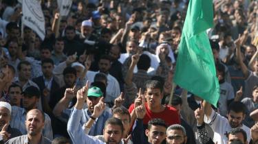 Hamas-tilhængere protesterer mod Mahmoud Abbas. Hamas-ledelsen har udtrykt modstand mod det forestående forsoningsmøde, men har ikke afvist noget endnu.