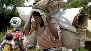 En kvinde flygter fra kampe i Kiwanja og begiver sig mod byen Goma for at søge sikkerhed.