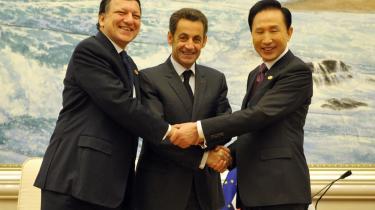 EU-Kommissionens formand Jose Manuel Barroso (tv.) og den franske præsident (og midlertidige EU-formand) Nicolas Sarkozy (i midten) til topmøde med den sydkoreanske præsident Lee Myung. Finanskrisen har demonstreret, hvor vigtigt det er at EU-landene arbejder tæt sammen, mener dagens kronikør.