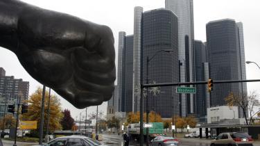 General Motors står endnu i Detroit. Men finanskrisen og energikrisen har for alvor tildelt slag til den gamle amerikanske bilmastodont, som er smidt ud i en historisk krise. Der skal komme penge til GM i år - ellers truer bankerot.