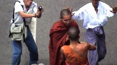 En række myanmarske videoreportere sikrede - med livet som indsats - sidste efterår hele verden et indblik i det myanmarske folks protester mod landets militærjunta.