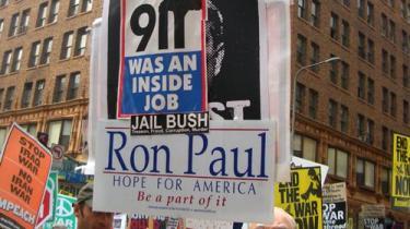 Det store problem ved konspirationsmanien er, at den efterlader borgerne følelsesmæssigt oprørte, men uden at give det solide grundlag af beviser, som kunne underbygge deres mistro eller give konstruktiv retning til deres vrede. Her demonsteres der for, at 11. september var et -insiderjob-.