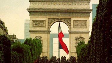 /b> I en ny debatbog om borgerlighed anno 2008 skriver scient.polit Jørgen Møller, at i det 19. århundrede havde 'et stadigt mere selvbevidst borgerskab sat enevælden stolen for døren', som da Kong Louis XVI fik kappet hovedet af under den franske revolution, der her på billedet bliver højtideligholdt 14. juli 1993. I det 21. århundrede har borgerskabets selvbevidsthed tilsyneladende mindre konkrete udtryksformer end i 1789: De borgerlige debattører kan primært blive enige om, at borgelighed er 'ikke-venstreorienteret kultur'.
