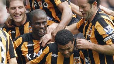 Fra hul i jorden til Premier League. Tigrene fra den britiske taberby Hull har besejret hovedstadsklubberne Arsenal, Tottenham, Fulham og West Ham, og dermed genrejst byens værdighed.