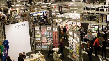 Bogelskere og andre interesserede kan i denne weekend tage turen forbi Forum, hvor den store bogmesse finder sted. Bogmessen åbnede i går, og det var den storsælgende svenske krimiforfatter, Liza Marklund, der stod for åbningstalen, mens Årets Debutantpris også blev uddelt.