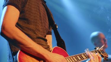 Guitaristen Hilmer Hassig mistede livet ved en trafikulykke natten til søndag. Han blev 48 år.