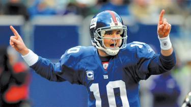 For bare et år siden tvivlede de fleste på, om New York Giants' quarterback, Eli Manning, kunne leve op til de enorme forventninger, som hans efternavn automatisk medfører. Nu er lillebror Manning forsvarende Super Bowl-mester og hans succes fortsætter i denne sæson, hvor Giants er det klart stærkeste hold i National Football League