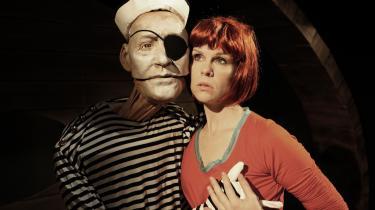 Sømandens liderlige fingre danser op over Anya Sass- smækre lår. Eller er det hendes egne? I dukketeatrets medrivende alkoholrus på Bådteatret bliver alt muligt.