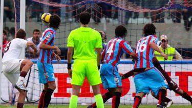 Gianvito Plasmati (t.h.) var en af de tre Catania-spillere, der smed bukserne, da holdkammeraten Giuseppe Mascara skulle eksekvere frisparket mod Torino. Torinos målmand kunne ikke se bolden.