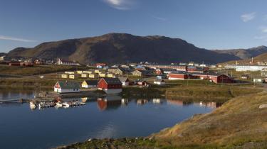 Fjeldet ved den sydgrønlandske by Narsaq indeholder betydelige mængder uran, som et australsk mineselskab er interesseret i at udvinde. Og nu er ledende grønlandske politikere i gang med at ændre loven, så selskabet kan udnytte undergrundens ressourcer.