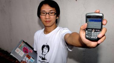 Bloggeren ZHou Shuguang ses her med sine fremstrakte våben, som han kalder dem: computer og Blackberry.
