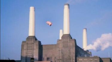Hvis man nogensinde har undret sig over, hvorfor Pink Floyds flyvende gris i løbet af 80'erne blev udstyret med er par kæmpe testikler, så kan man nu finde svaret på det og en lang række andre særheder i bogen Pigs might fly, the inside story of Pink Floyd af Mark Blake