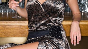På en champagnebar i Paris er det ikke kun sex, der sælges, det er også et utroligt behageligt, modstandsløst, blødt og favnende selskab.