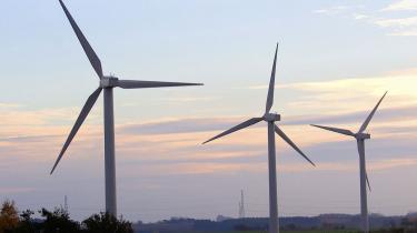 Det kan betale sig at investere i vedvarende energi, mener flere eksperter. For mens aktiemarkederne verden over er dykket, har udviklingen inden for vedvarende energi vist sig positiv.