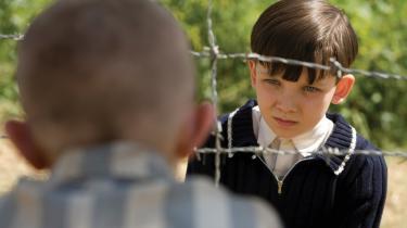 Barnlig uskyld. Asa og Jack, der spiller de to drenge i holocaustfilmen 'Drengen i den stribede pyjamas' havde læst bogen, som filmen bygger på inden optagelserne, men havde ikke 'en dybere forståelse af holocaust' - og det var 'værdifuldt for deres præstationer i filmen', fortæller instruktøren Mark Herman: 'Vi optog de sidste scener til sidst og havde de første uger til så at sige at beskytte deres uskyld i.'