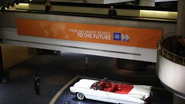 En Cadillac fra 1959 i General Motors hovedkvarter i Detroit - Et prangende symbol på en svunden tid, hvor seks m lange biler, der kører fem km på literen var en hel verdens drøm. Nu er bla. manglende udvikling af økonomiske biler blevet branchens død.