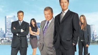 Helt normale er de ikke, de ansatte hos Crane, Poole & Schmidt, et af Bostons mest velrenommerede advokatfirmaer og omdrejningspunktet i David E. Kelleys seneste påfund, den meget underholdende tv-serie Boston Legal