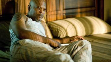 Labute er  tilbage med et nutidigt drama, Lakeview Terrace, hvori han forsøger noget så interessant som at vende raceproblematikken på hovedet, men filmen lider under personernes ufuldstændige psykologi, en lidt tung symbolik og en overgearet slutning, hvor den tilmed forråder sin egen præmis