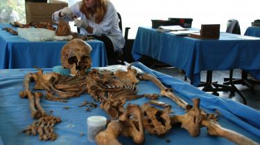 Dødsårsager. Jennifer Trowbridge og de andre retsantropologer hos FAFG identificerer og fastslår dødsårsagen på de ofre for borgerkrigen, som er blevet hentet op af massegravene. Bevismaterialet overleveres til anklagemyndigheden, men kun en promille af sagerne har får et retsligt efterspil.