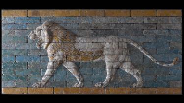 Detalje fra Babylons majestætiske processionsgade, hvis porte og vægge var beklædt med blå og grønne glaserede brændte sten med løver, drager og tyre i fremtrædende relief. Gaden blev skabt under kong Nebukadnezar II (605-562 f. Kr). Hele Babylons byport, der er over 15 m høj, kan ses genskabt i Pergamon Museet i Berlin. Glyptoteket i København har også ægte murfriser fra Babylon i stil med den viste.