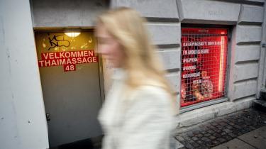 Den store diskussion om prostitution er, om man ser de socialt udsatte sexarbejdere og udenlandske massagepiger som ofre, som man skal hjælpe til at få et andet liv, eller tager man udgangspunkt i deres egne ønsker og forsøger at skabe rammerne for, at de kan nå deres egne mål? -Empowerment- kaldes sidstnævnte strategi med et fagudtryk. Model