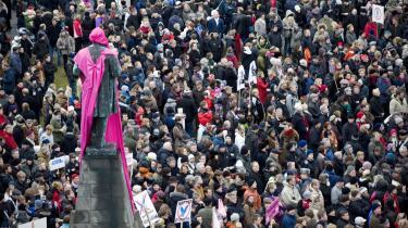 6-7.000 islændinge samledes lørdag på Austurvöllur-pladsen rundt om statuen af nationalhelten Jon Sigurdsson, der repræsenterede selvstændighedsbevægelsen for 150 år siden. Den lyserøde kappe, som demonstranterne lagde om statuen, markerer, at nu bør kvinderne tage over efter de mandlige politikere, nationalbanken, regeringen og andre beslutningstagere, der er ansvarlige for den økonomiske krise.