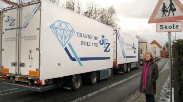 Lastbilerne brøler op ad villavejen forbi Helsingør Lille Skole. Skoleleder Gitte Baaring Hansen mener, at eleverne er forsøgsdyr i et trafikeksperiment.