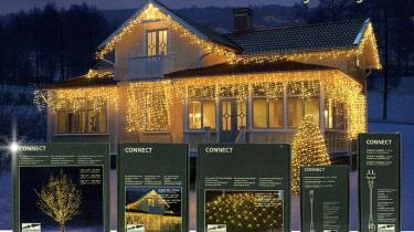 Juleilluminerede huse med sparepærer i kæderne illustrerer en effekt af spareråd: Nemlig at besparelsen omsættes i merforbrug. Når bilen bruger mindre benzin, kan vi tillade os at køre mere i den osv.