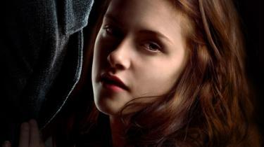 Første bind i Stephenie Meyers romanserie er udkommet i en dansk tobindsudgave på forlaget Sesam. 'Tusmørke', som bøgerne hedder, er udsolgt, men forlaget udgiver en revideret etbindsudgave i januar 2009.