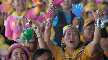 Tusindvis af demonstranter protesterer mod den thailandske regering i Bangkoks internationale lufthavn. De vil have premierminister Somchai Wongsawat til at gå af. Flere mener, at det oppositionsledede oprør er terror mod offentligheden. Uroen rammer Thailands økonomi, da den går ud over Thailands vigtigste indkomstkilde: turistindustrien.