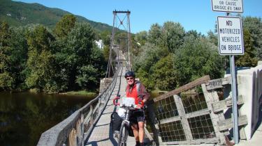 Den lette vej. Langturscyklisten må i USA søge flugtveje fra den tunge biltrafik. Her hængebroen over James River i Virginia-byen Buchanan.