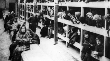 Auschwitz. Kvindebarak fotograferet ved befrielsen i januar 1945. Vagternes fløjten og piften formåede aldrig kvinderne til at gå i takt til tvangsarbejdet, noterer Ruth Klüger i sine erindringer.