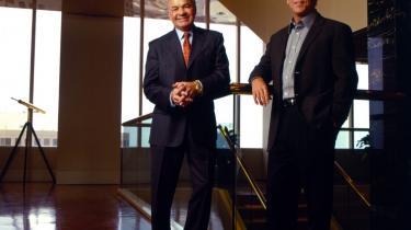 Enron. Energifirmaet Enrons konkurs i december 2001 var en af verdens største erhvervsskandaler i nyere tid. Ledelsen med Ken Lay og Jeff Skilling i spidsen spadserede ud med mere end en milliard dollar på lommen.