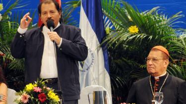 Nicaraguas præsident, Daniel Ortega, (tv.) taler, mens kardinal Miguel Obando y Bravo lytter. I dag indgår sandinisterne tæt parløb med kirken, som de i 1980-erne anså som fjenden. Ortega beskyldes derfor for at have solgt sin sjæl til kirken. Den katolske kirkes overhoved i landet, kardinalen, er også formand den sandinistiske regerings Nationale Kommission for Sandhed, Forsoning, Fred og Retfærdighed. Paradoksalt, da kirken i 1980-ernes borgerkrig ikke gjorde meget for at skabe forsoning.