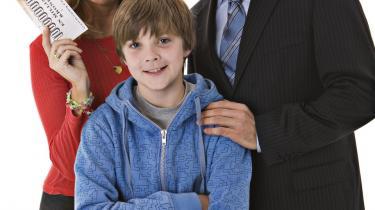 Familien i årets julekalender -Mikkel og Guldkortet-består af Paprika Steen, Michael Carøe og drengen Mikkel, der spilles af Marco Ilsøe. Pr-