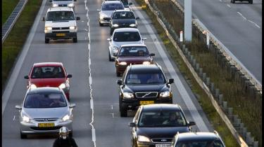 Masser af danskere tilbringer timer i ørkesløse, tidrøvende køer. Investeringer i kollektiv trafik ville nemlig være en favorisering af systemet på bekostning af den enkeltes frihed til at vælge rute og tidspunkt for sin færden mellem hjem og arbejdsplads.