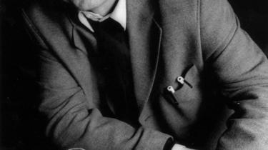 Et forfatterskab af ueftertænksomhedens refleksion - F.P. Jac spyr poetiske ord ud, som en partikelgenerator i Cern kunne misunde. Det gnistrer i mørket, lyder det i Pia Tafdrups takketale til F.P. Jac, der i går modtog Det Danske Akademis Store Pris
