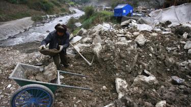 Forældrene i den jordskælvsramte Sichuan-provins klagede over korruption i forbindelse med de sammenstyrtede skoler. Entreprenørerne havde snydt med materialet i det offentlige byggeri. Regeringen har klaret det med nedsættelse af undersøgelseskommissioner, som ad åre skal fremlægge deres saglige konklusioner.