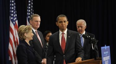 USA's kommende præsident, Barack Obama, nominerede mandag senator Hillary Clinton til sin udenrigsminister og Robert Gates til sin forsvarsminister