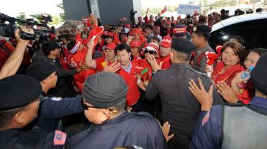 Premierminister Somchai Wongsawats støtter betegner forfatningsdomstolens kendelse som et -juridisk kup gennemført med dommerkapper i stedet for kampvogne-, og de mange rødklædte regeringsstøtter viste omgående deres utilfredshed.