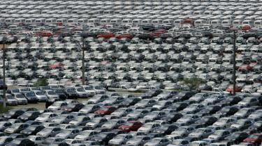 Recessionen har ramt den europæiske bilindustri, der er i fuld gang med at neddrosle produktionen, fyre medarbejdere og lukke anlæg. Derfor lobbyer brancheorganisationen ACEA nu for en EU-hjælpepakke til bilindustrien på 40 milliarder euro, som EU's statsledere allerede har meddelt deres principielle støtte til. Men flere miljøorganisationer mener, at hjælpepakken vil være ensbetydende med støtte til klimaforandringer, så længe bilindustrien undviger at leve op til sit ansvar for en reduktion af CO2-udledningerne.