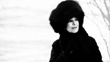 Suzanne Brøgger dør en lille smule, hver gang hun har færdiggjort en bog. Men når hun starter på en ny, er det som at føde sig selv igen. Denne gang har hun både skrevet og sunget en frivol fortælling. Det har næsten erotisk ført hende ud i nye af hjørner af tilværelsen