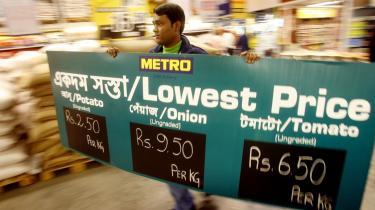 Indiens politikere opfordrer landets erhvervsliv til at sænke priserne for at afhjælpe den vigende efterspørgsel. Det tyskejede Metro Cash and Carry supermarked, der forleden åbnede en filial i Kolkata, synes at have fulgt den opfordring. Erhvervslivet efterspørger til gengæld et finanspolitisk indgreb til at sætte skub i økonomien.